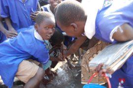drop-in-the-bucket-charity-africa-uganda-maundo-primary-school-water-well-photos-04
